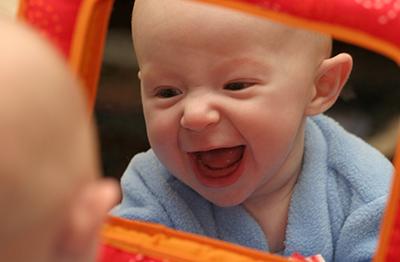 La primera vez de un beb frente al espejo for Espejos para ver a los bebes en el coche