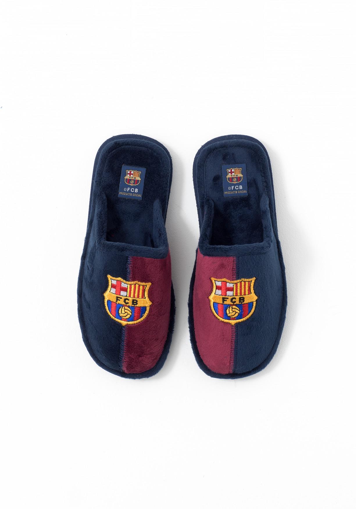 2eb4d11f Comprar Zapatillas de estar por casa con escudo futbol bordado ...
