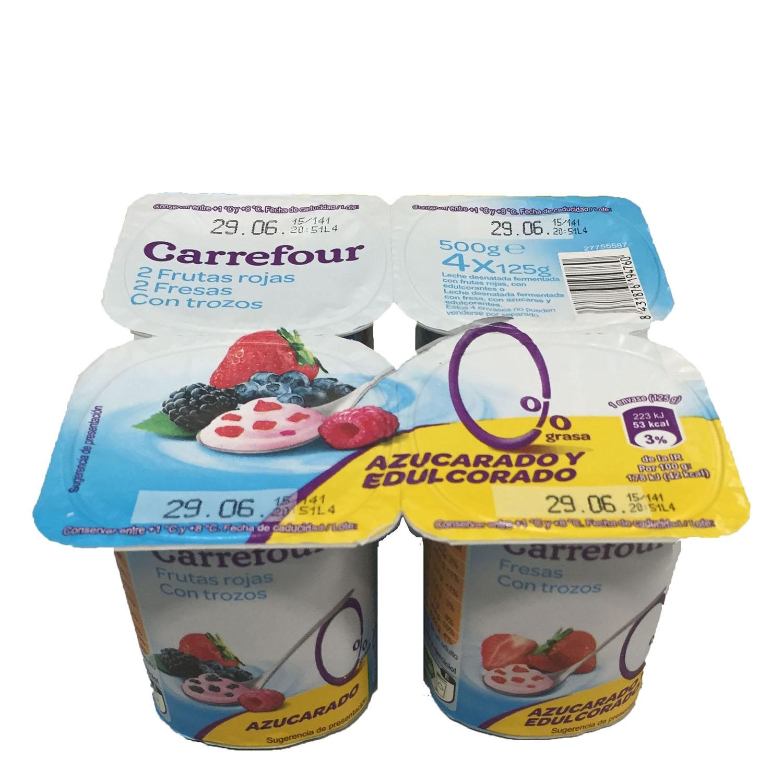 Yogur desnatado con trozos de fresa y frutos rojos Carrefour pack de 4 unidades de 125 g.