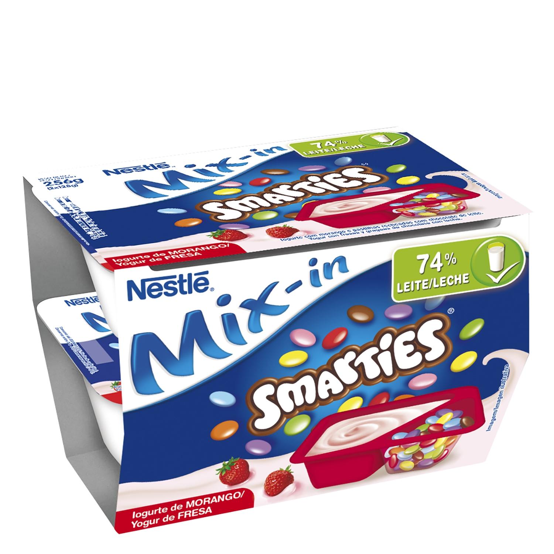 Yogur de fresa con grageas de chocolate Nestlé Smarties pack de 2 unidades de 128 g.