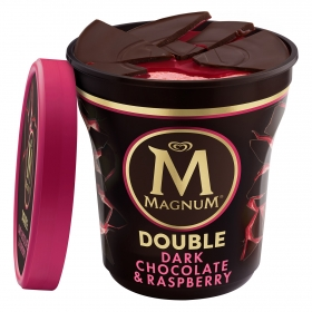 Helado de chocolate negro con fresas Double Magnum 440 ml.