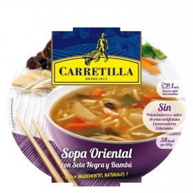 Sopa oriental con sopa negra y bambú
