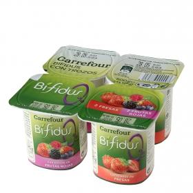 Yogur bífidus desnatado con trozos de fresa y frutos rojos Carrefour pack de 4 unidades de 125 g.