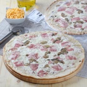 Pizza con salsa carbonara, bacon y champiñón