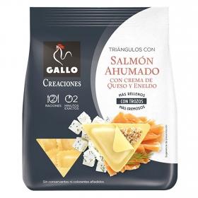Triángulos con salmón ahumado con crema de queso y eneldo