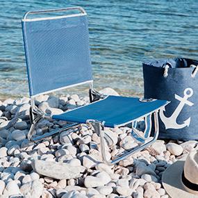 sillas y sombrillas de playa en barcelona
