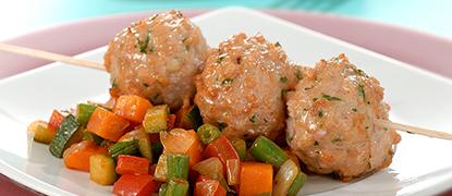 Brochetas de albóndigas de pollo con verduritas
