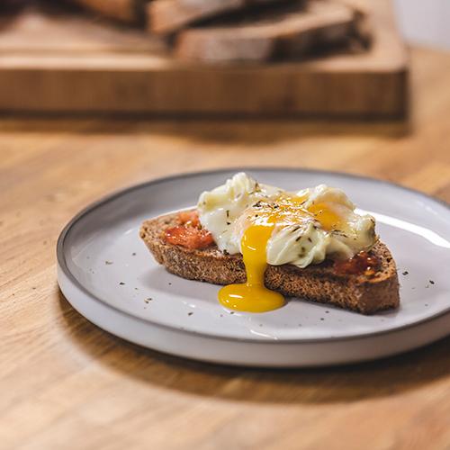 Tostada con tomate y huevo poché