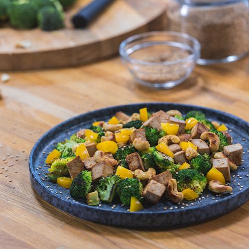 wok de tofu con brócoli y anacardos