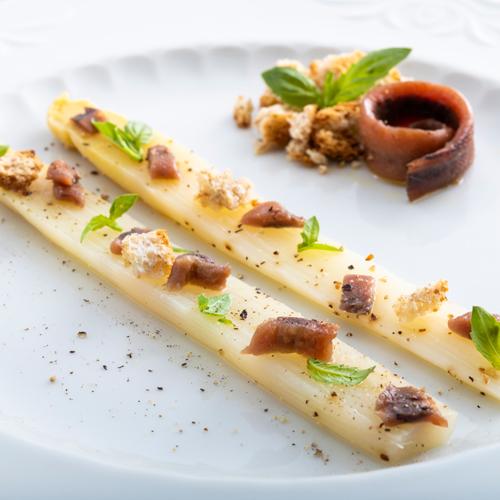 espárragos con anchoas y albahaca