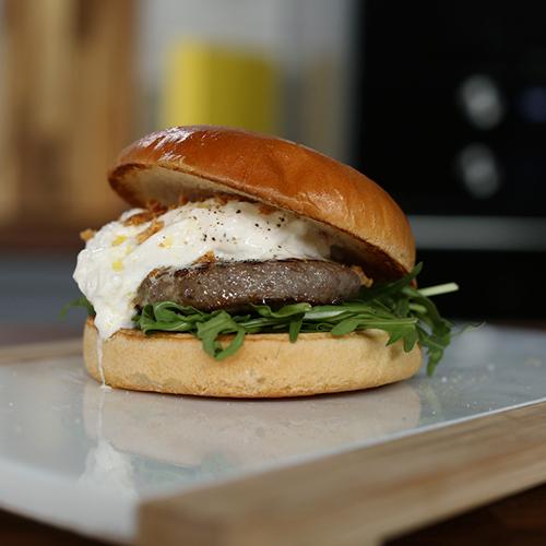 hamburguesa con burrata, aceite de trufa y cebolla crunchy