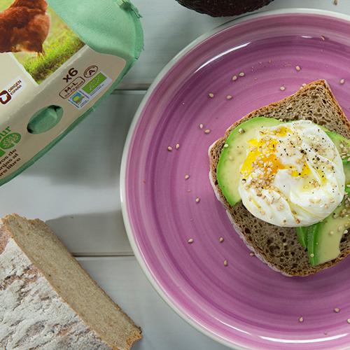 Huevo poché con tostada de pan de centeno
