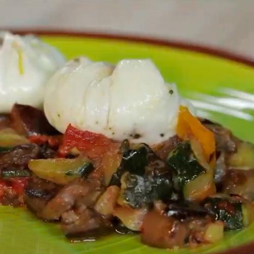 huevo poché con verduras salteadas
