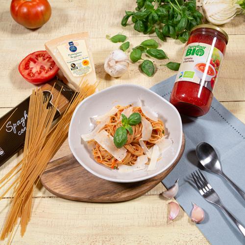 pasta integral con tomate, albahaca y parmesano
