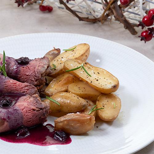 Roast Beef de ternera con patatas asadas, chalotas y salsa de arándanos