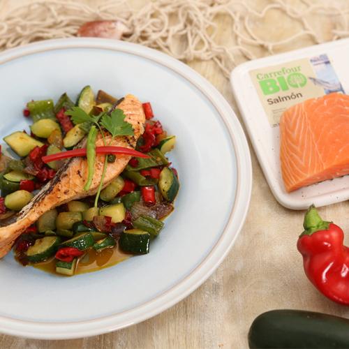 salmón sobre cama de verduras salteadas