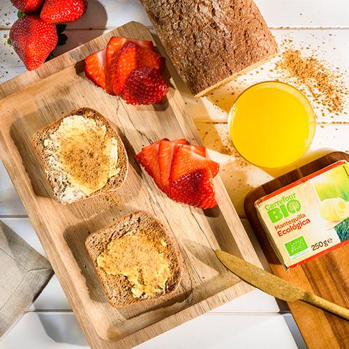 tostas de centeno con mantequilla y panela